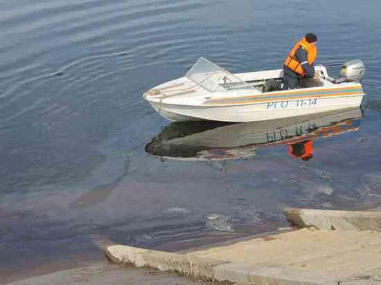 Начались работы по локализации нефтяных пятен на Волге
