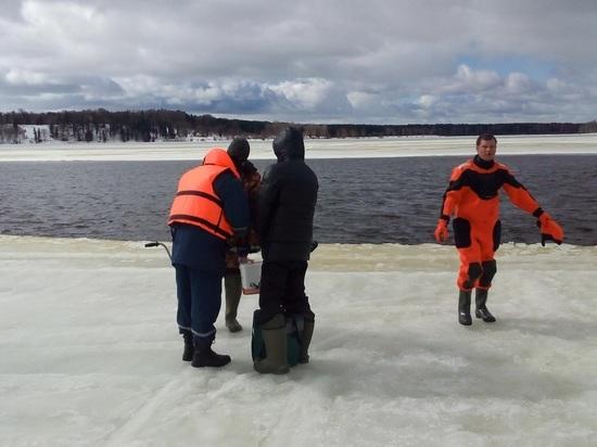 Областные спасатели сняли рыбаков с отколовшейся льдины