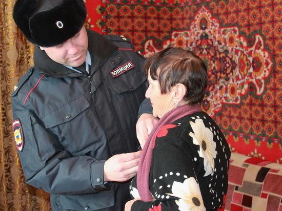 Усть-Илимские полицейские вручили почетную медаль матери погибшего коллеги