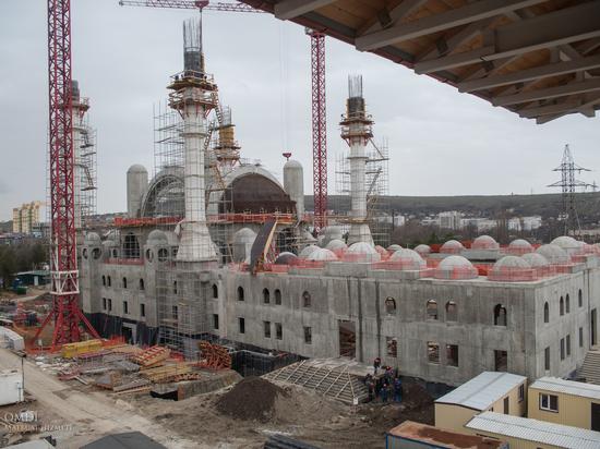 Какие ковры выбрали для Соборной мечети Крыма