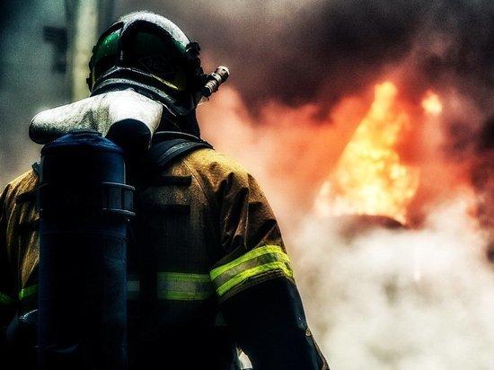 В Новотроицке горит промышленное предприятие
