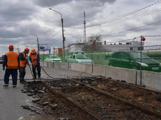 У ж/д вокзала выкапывают 65-летние рельсы