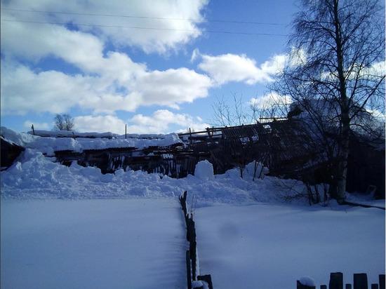 Жильцов дома с обвалившейся крышей в Лоухи расселят до лета этого года