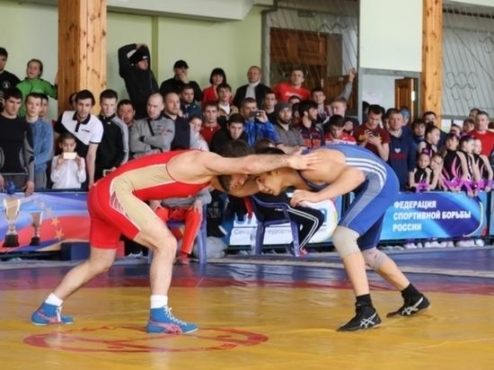В Чебоксарах прошел турнир повольной борьбе