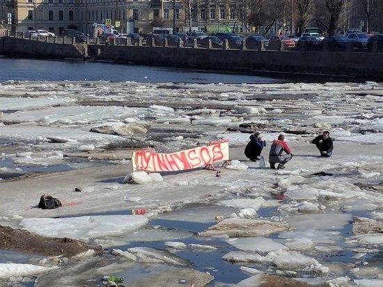 Житель Петербурга грозил сжечь себя на льдине Финского залива