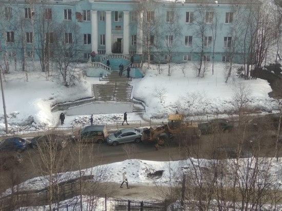 Грейдер поцарапал несколько машин у полицейской поликлиники в Мурманске