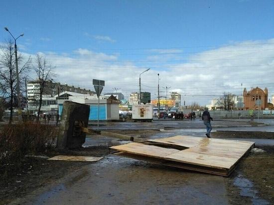 Рекламный щит упал на женщину в Дзержинске