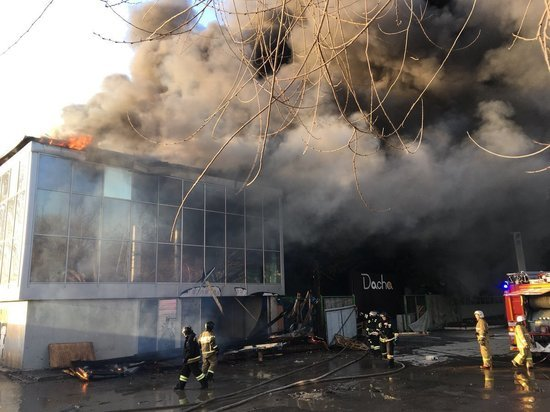 В Самаре рядом с КРЦ «Звезда» сгорело 2-этажное здание, пострадавших нет
