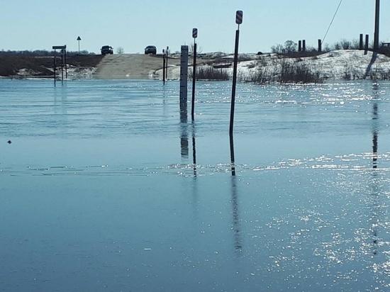 В селе Пестравского района из-за паводка подтопило дорогу