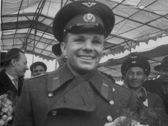 Необычная акция на улицах столицы: москвичам предложат изобразить улыбку Гагарина
