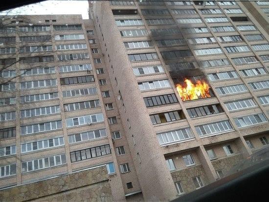 Пожарные тушат квартиру в Выборгском районе