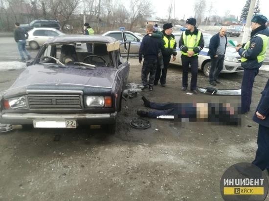Пьяный водитель протаранил автобусную остановку в Бийске