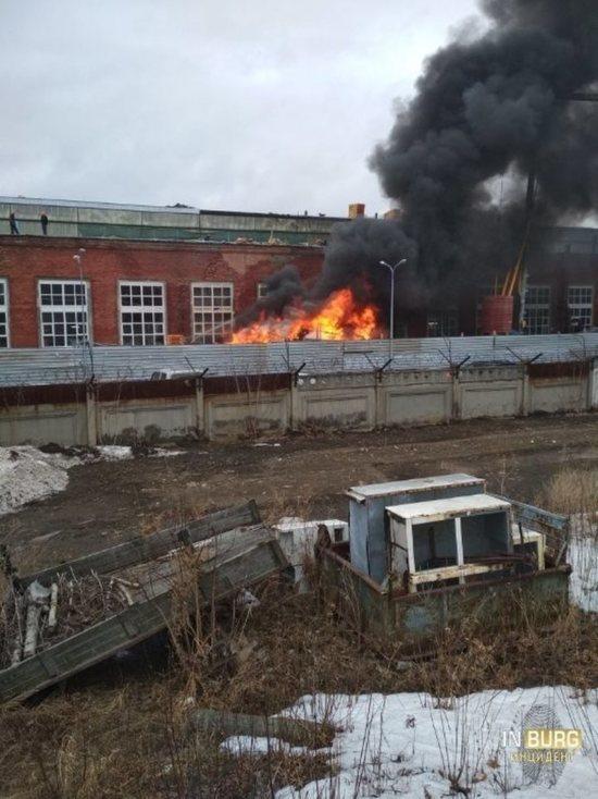 В Екатеринбурге возле ЗиК горит стройка