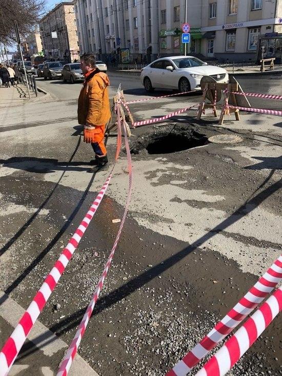 В центре Петрозаводска в асфальте образовалась дыра