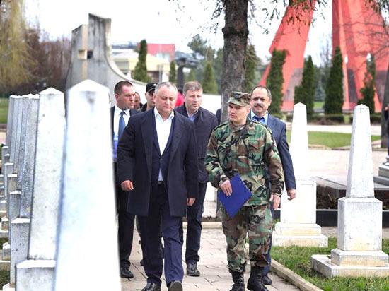Игорь Додон посетил Мемориальный комплекс «Вечность» и сделал подарки многодетным семьям