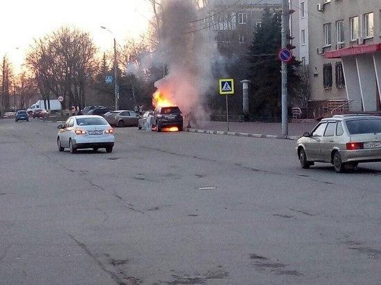 Автомобиль главы Сормовского района загорелся у здания администрации