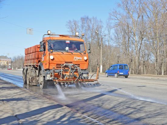Поливомоечная техника моет тверские улицы после зимы