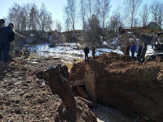 Дамбу в Нерехте укрепили: костромские спасатели следят за уровнем воды