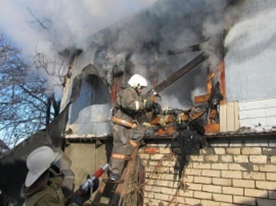 В Бузулуке крупный пожар уничтожил дом на площади 100 квадратных метров