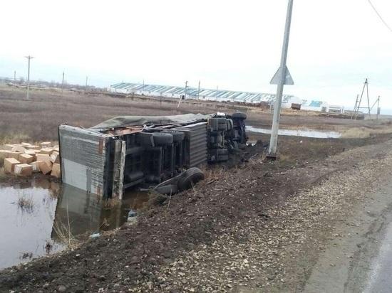 В Большечерниговском районе грузовик опрокинулся в кювет