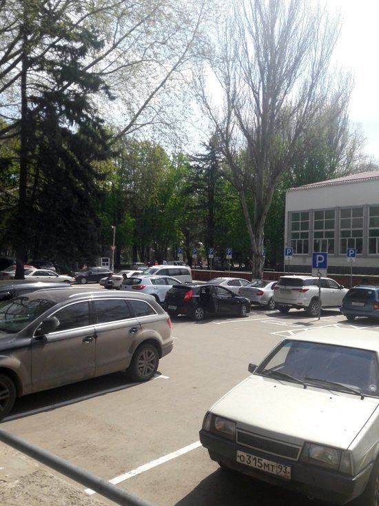 В Симферополе на парковке возле Дворца пионеров нет льгот для «местных»