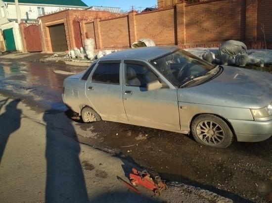 В Ульяновске «десятка» задним колесом провалилась в дыру в асфальте