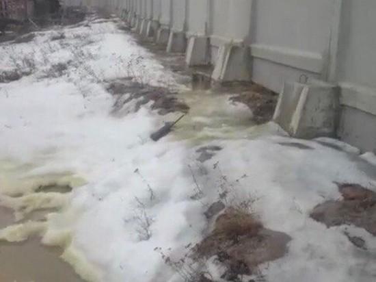 В поселке Звездный, где в реку попали нефтепродукты, ликвидируют загрязнение