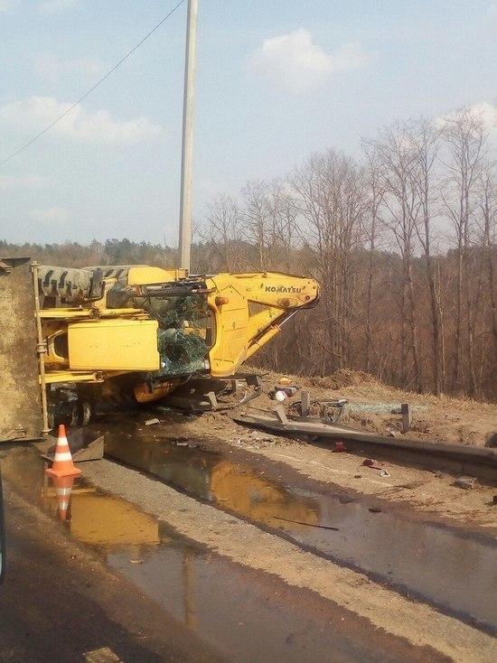 Фура снесла трактор и, протаранив 50 метров парапета, загорелась на трассе под Калугой