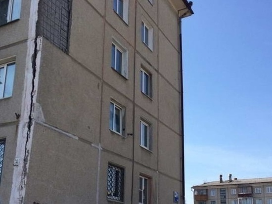 У многоэтажного дома в Ангарске отвалилась часть стены