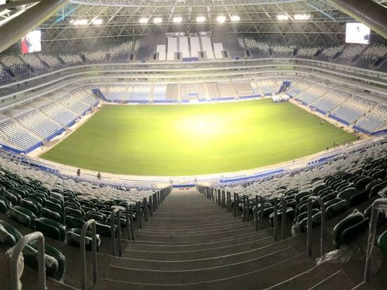 Газон на футбольном поле стадиона «Самара Арена» уложен