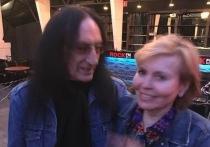Кен Хенсли, отмечая в России День рок-н-ролла, познакомился с Ольгой Кормухиной, которую ему представили, как настоящую звезду российского рока