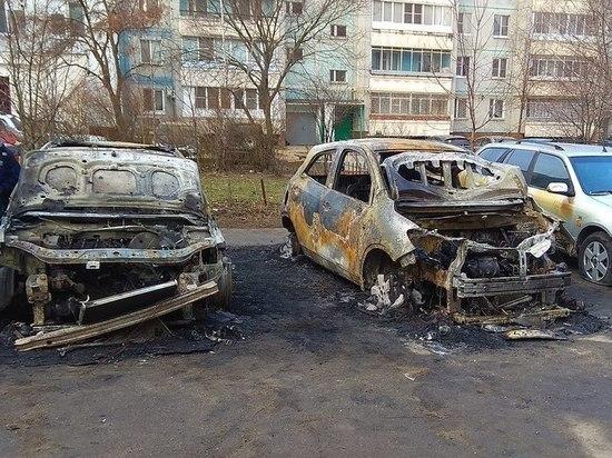 В Сети появилось видео пожара с четырьмя иномарками в Туле