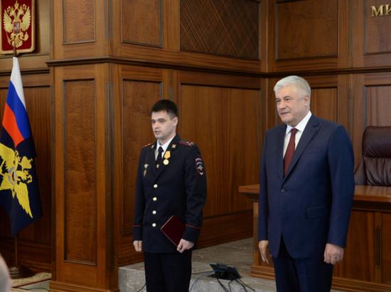 Владимир Колокольцев вручил медаль Юлию Пешкову, спасавшему людей после взрыва в Усть-Куте