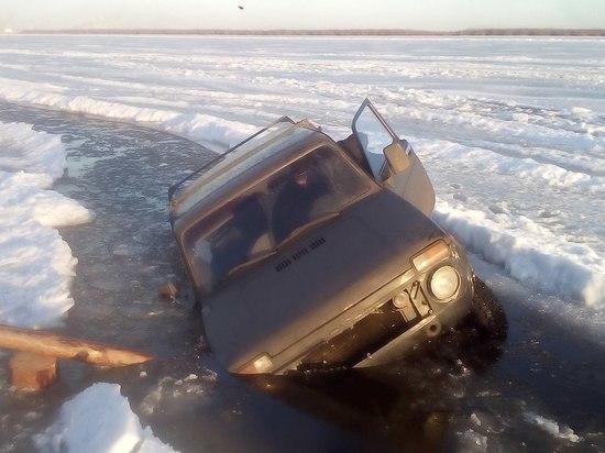 В Архангельске на ледовой переправе провалилась машина с семьей