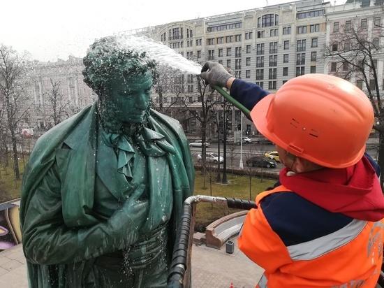 Шея Пушкина — трудное место: в Москве начали отмывать памятники