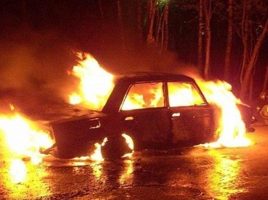 На автостоянке в Малых Карелах под Архангельском сгорела машина