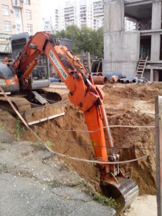 Докопались: из-за строительства нового дома может обрушиться старый