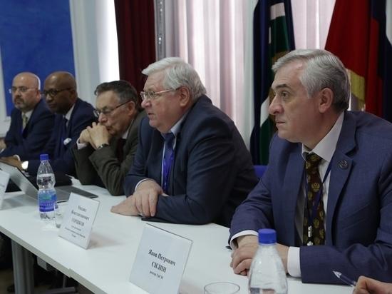 «Это наш потенциал в будущем»: в Екатеринбурге открылся крупнейший экономический форум «Азия-Россия-Африка»