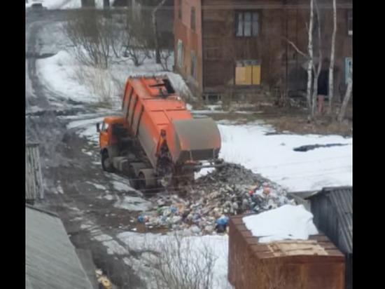 Оператор мусоровоза навалил прямо посреди жилого квартала в Архангельске