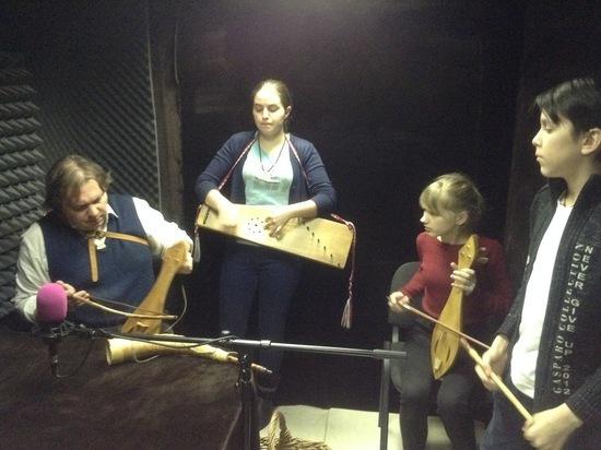 Смолянин восстанавливает старинные музыкальные инструменты и учит детей ценить наследие предков