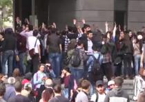 В Ереване десятки людей в военной форме присоединились к митингующим