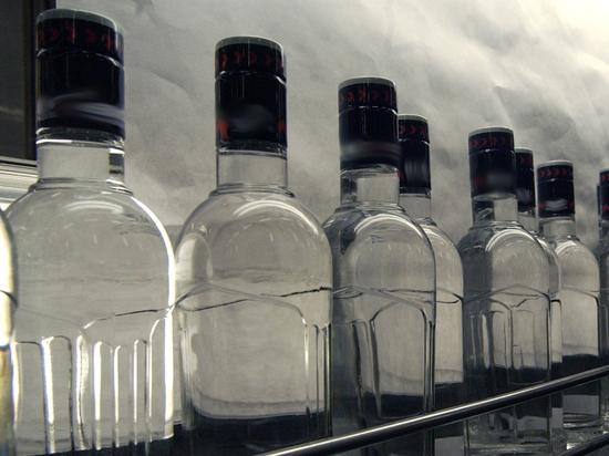 Разливали алкоголь в сарае: подмосковные полицейские повязали дуэт бутлегеров