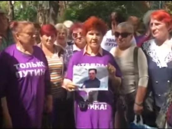 «Дуров, уймись»: пенсионерки из «отрядов Путина» сожгли фотографию основателя Telegram