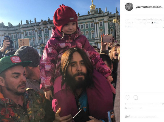 Джаред Лето спел в центре Петербурга со своими поклонниками