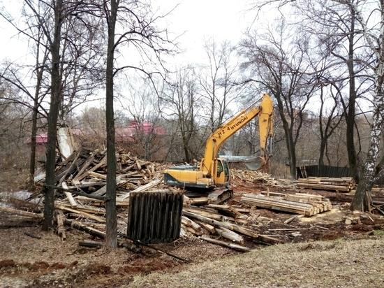 На месте предполагаемого Михайловского сада началась работа с использованием строительной техники