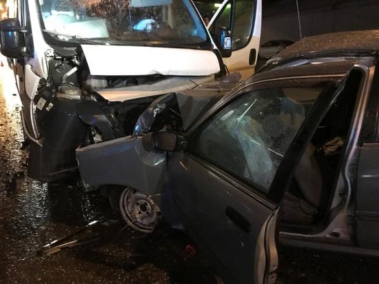 В Чебоксарах иномарка влобовую столкнулась с маршруткой, пострадали 13 человек