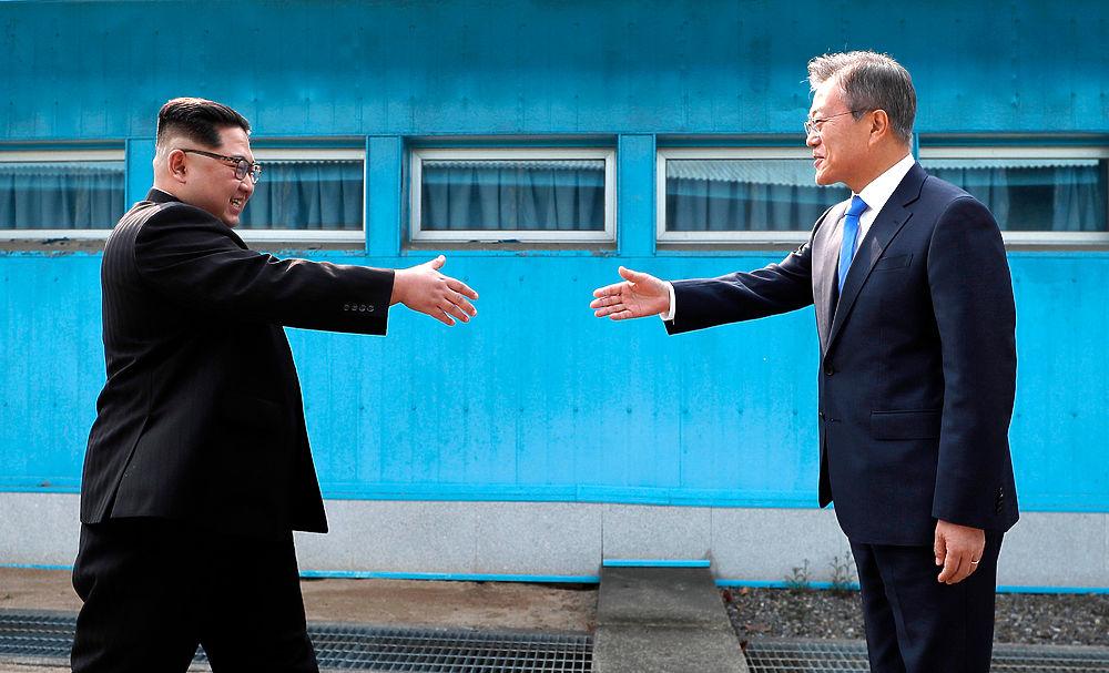 Ким Чен Ын впервые перешагнул границу Южной Кореи: кадры встречи
