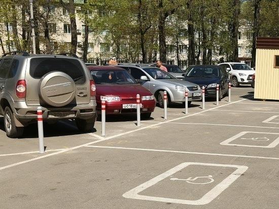 Водители пожаловались на дефицит парковок у больниц и вокзалов Костромы