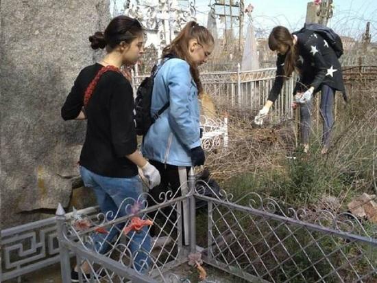 Студенты прибрались на заброшенных могилах солдат
