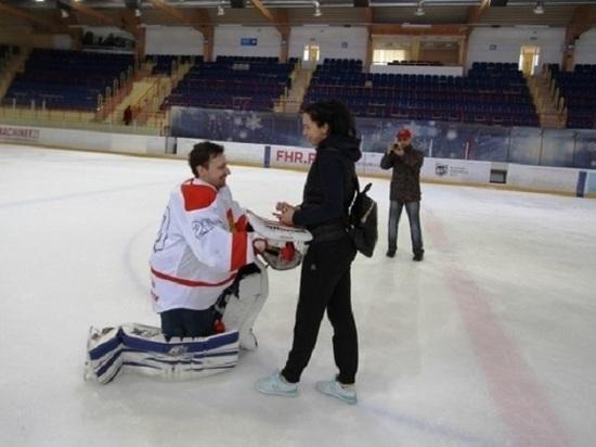 В Саранске хоккеист сделал предложение девушке во время ЧР по хоккею с шайбой для слабослышащих